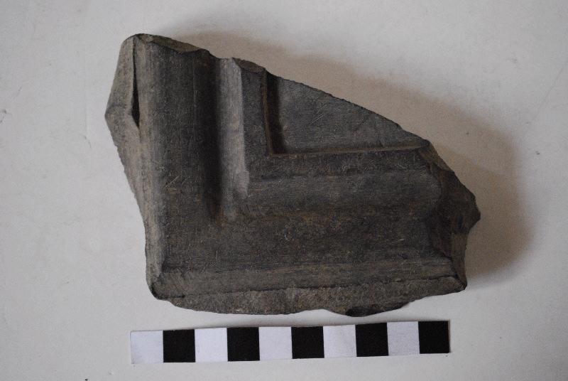 Fragment de cadre de panneau taillé et mouluré_0