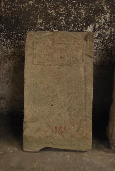 Stèle aux acrotères et SABINA / VIRI///LO_0