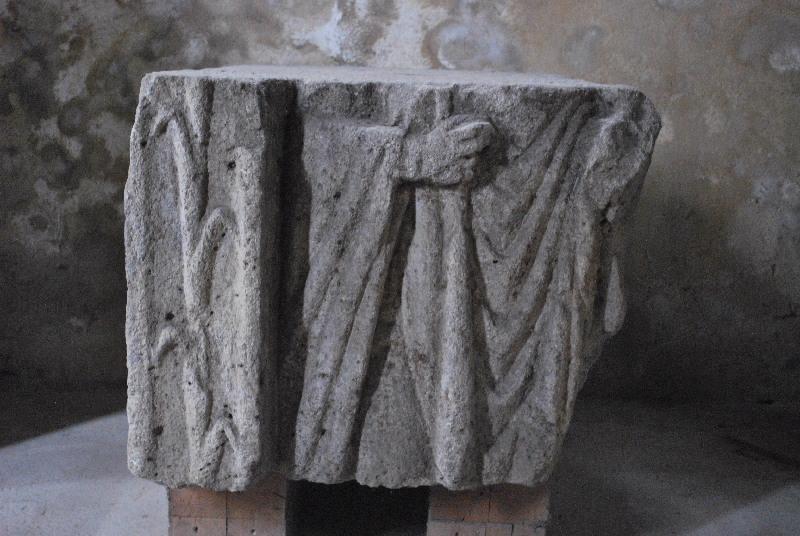 anonyme (sculpteur) : Bloc funéraire au drapé