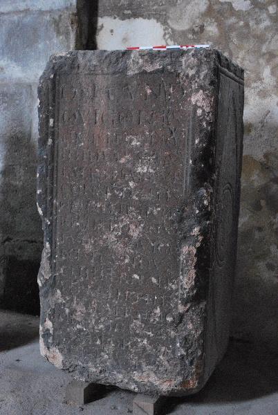 anonyme (sculpteur) : Bloc funéraire de Quintus Secundis Quigo