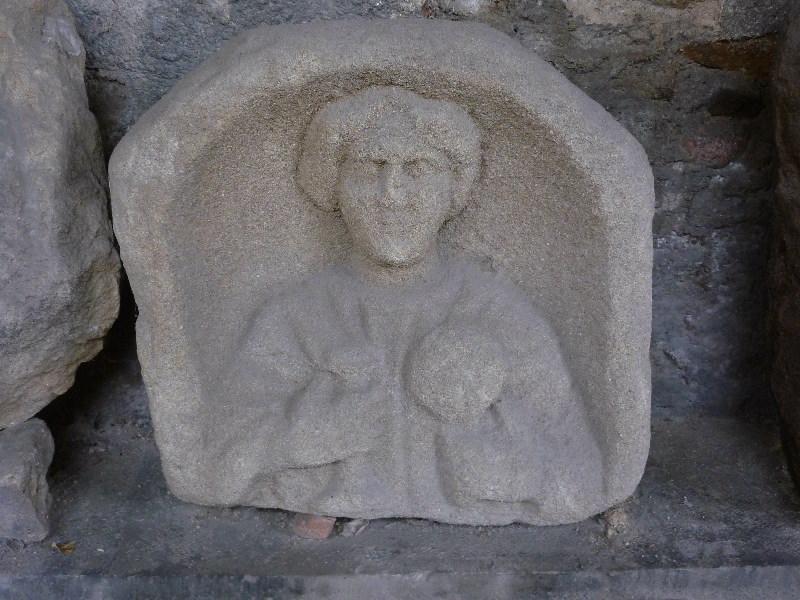 Stèle féminine et inscription D M_0