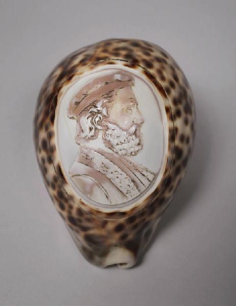 Porcelaine tigre sculptée d'un médaillon avec buste d'homme_0