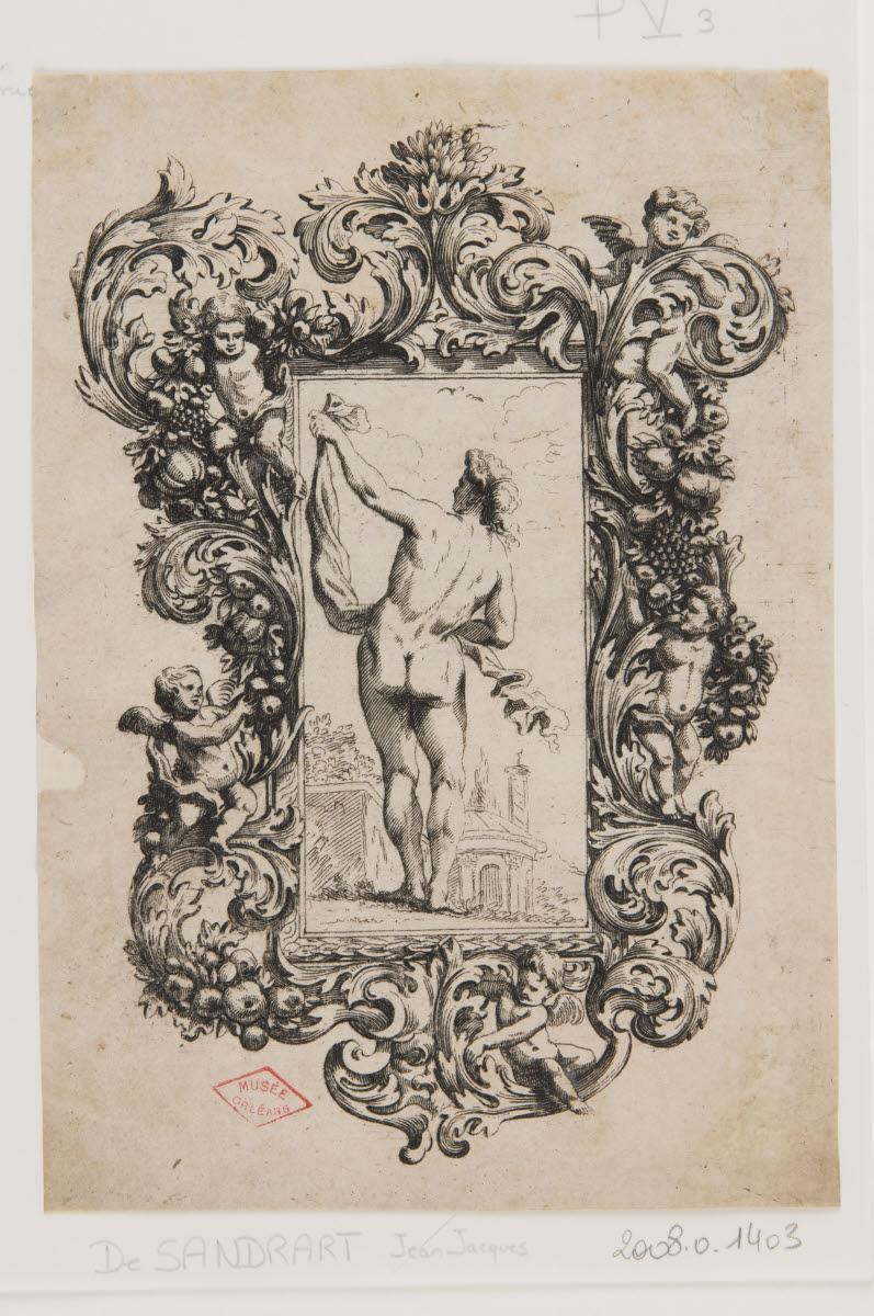 Un homme nu debout de dos tenant une étoffe_0