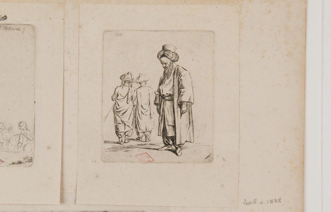 Un homme portant un turban debout de profil gauche te deux hommes de dos_0