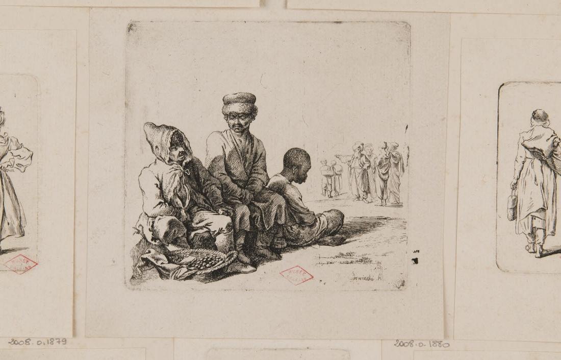 Trois hommes assis et un groupe de personnage au fond_0