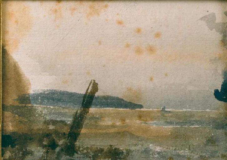Bord de mer avec pieu en premier plan