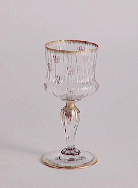 Verre service Ducal. Décor à semis de lys ; Verre de table à côtes vénitiennes et fleurs de lys du 'service ducal'_0