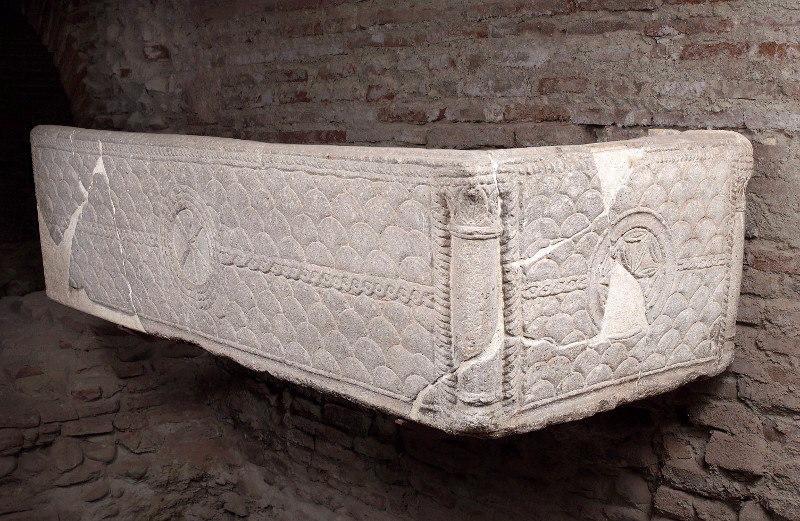 Sarcophage à décors d'imbrications et chrisme_0