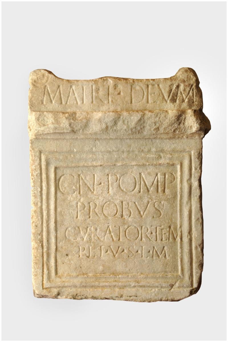 Autel votif dédié à la Mère des dieux par Cnaeus Pompeius Probus_0