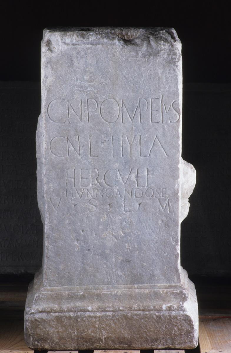 Base d'une statue d'Hercule offerte par Cnaeus Pompeius Hyla_0