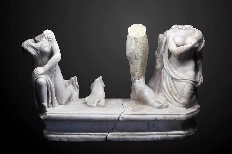 Deux captives aux pieds d'un empereur ; groupe sculpté_0