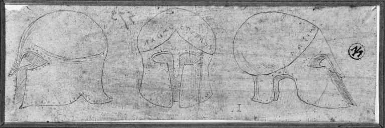 Casque grec (portant une inscription, vu sous trois angles différents)_0