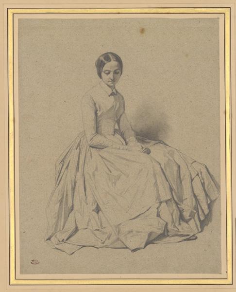 Femme assise de trois-quarts