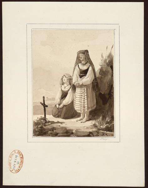 Deux paysannes en prière devant une petite croix plantée sur le sol_0
