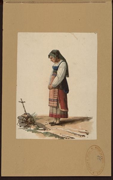Femme debout en prière devant une croix_0