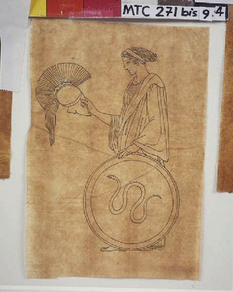 Femme tenant un casque et un bouclier