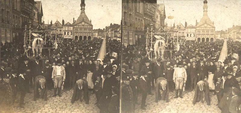 Carnaval ou fête costumée sur la grande place de Péronne_0