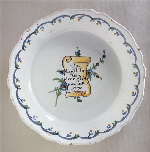 Assiette révolutionnaire à bord ondulé 'La Constitution acceptée par le roi 1791'
