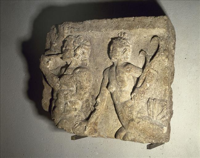 Fragment lapidaire d'un bas-relief représentant un triton et une néréide