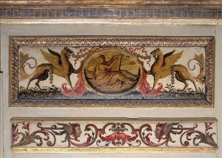 Panneau de lambris d'attique décoré de deux griffons entourant un médaillon ovale à figure allégorique_0