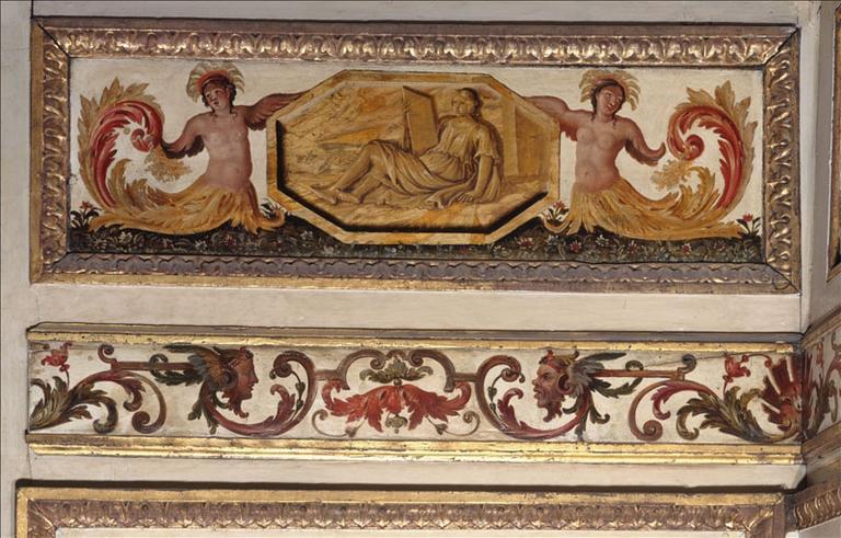 Panneau de lambris d'attique décoré de deux génies encadrant un médaillon octogonal à figure allégorique_0