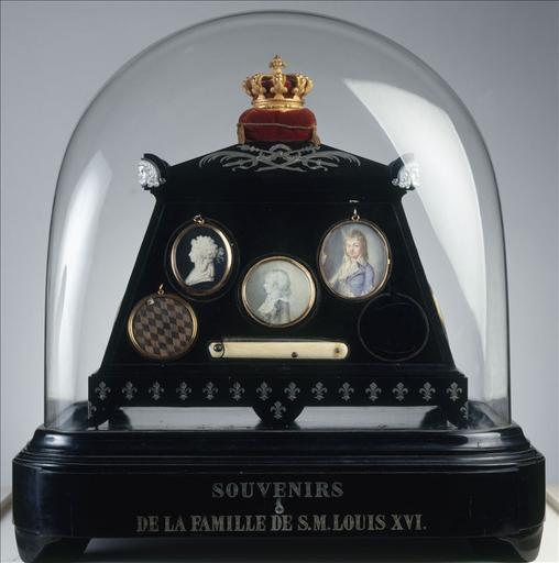 Reliquaire en forme de cercueil surmonté d'une couronne et contenant les Souvenirs de la famille royale_0