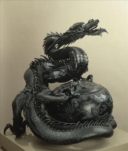 Dragon enserrant un brûle-parfum sphérique à décor de phénix en bronze, Japon_0