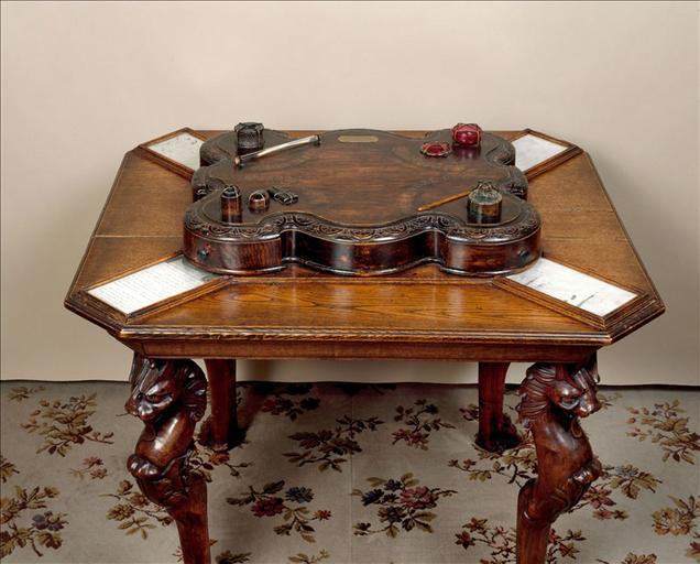 Table aux quatre encriers