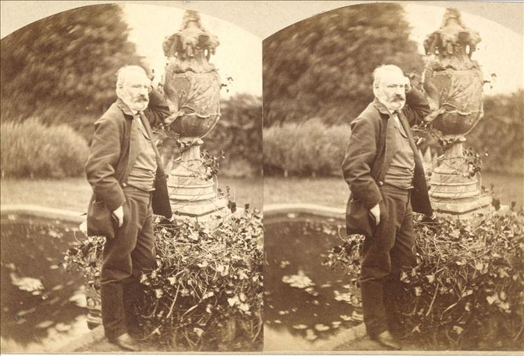 Victor Hugo devant la fontaine aux serpents à Hauteville House en 1862 (vue stéréoscopique)_0