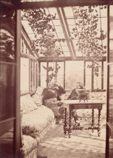 Victor Hugo dans le jardin d'hiver à Hauteville House avec Kessler, vers 1856 - 1860