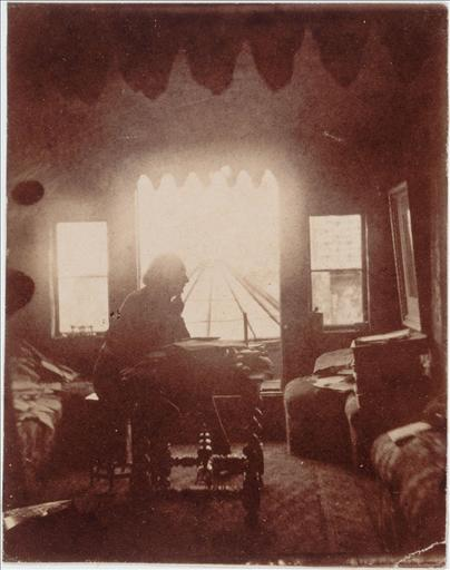 Victor Hugo dans son cabinet de travail à Hauteville House, avant la construction du Look-out (entre 1855 et 1861)_0