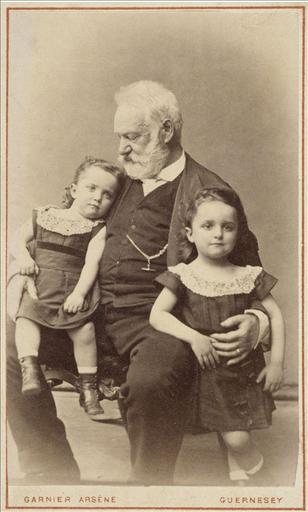 Victor Hugo avec ses petits enfants Georges et Jeanne vers 1872_0