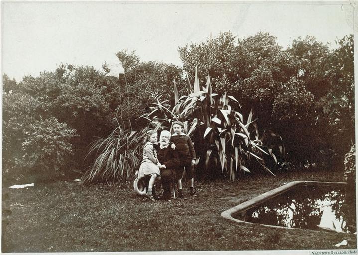 Victor Hugo avec Georges et Jeanne à Hauteville House en 1878 (près de la pièce d'eau)_0