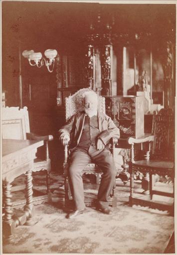 Victor Hugo dans la galerie de chêne à Hauteville House, 1878_0