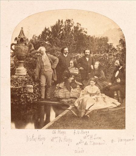 Victor Hugo en famille dans le jardin de Hauteville House à Guernesey, vers 1856 - 1860_0