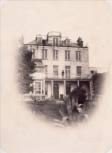 Victor Hugo sur le balcon du 1er étage à Hauteville House_0