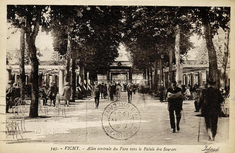 345. - VICHY. - Allée centrale du Parc vers le Palais des Sources_0