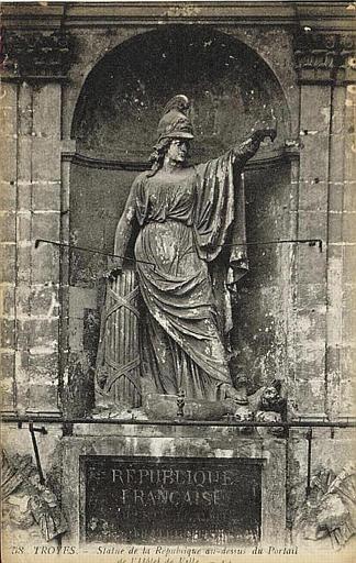 58 TROYES. - Statue de la République au dessus du Portail / de l'Hôtel de Ville_0
