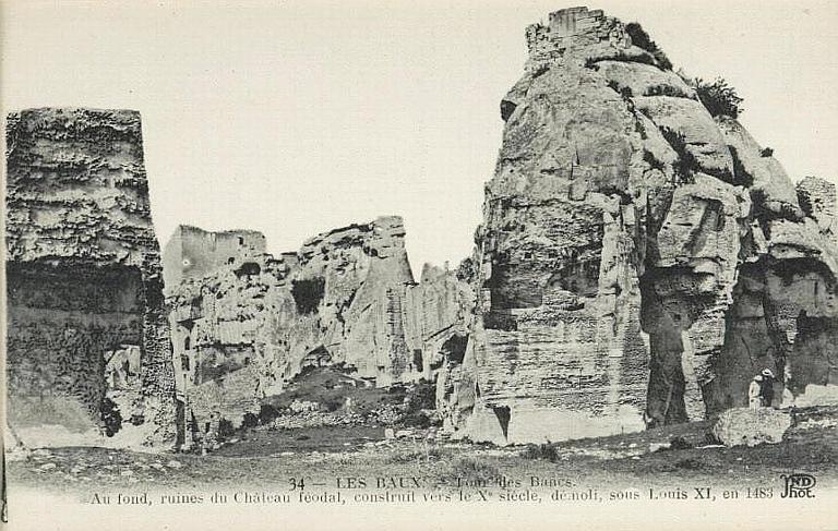 34 - LES BAUX [illisible] des Bancs / Au fond, ruines du château féodal [...] en 1483_0