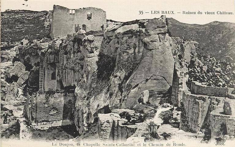 35 - LES BAUX. - Ruines du vieux Château (en haut) / Le Donjon, la Chapelle Sainte-Catherine et le Chemin de Ronde (en bas)_0