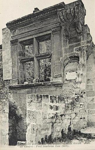 58 LES BAUX / Fenêtre et croisillons portant sur son entablement la devise de Genève : Post tenebras Lux (1751). ND Phot_0