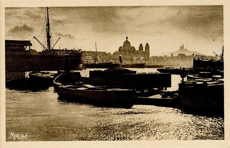 147.-MARSEILLE / Un coin du Port de la Joliette / (Dans le lointain la Cathédrale / et Notre-Dame de la Garde)_0