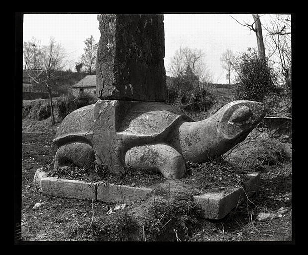 anonyme (photographe) : [Jiangsu]. Région de Nankin [Nanjing], Yao-houa men [Yaohuamen], [Ganjiaxian], allée funéraire de Siao Sieou [Xiao Xiu] (mort en 518 ap. J.-C.), [base de stèle], tortue