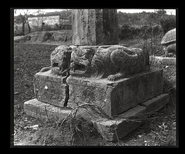 [Jiangsu]. Région de Nankin [Nanjing], Yao-houa men [Yaohuamen], [Ganjiaxian], allée funéraire de Siao Sieou [Xiao Xiu] (mort en 518 ap. J.-C.), [embase de colonne], t'ou-long [tulong]_0