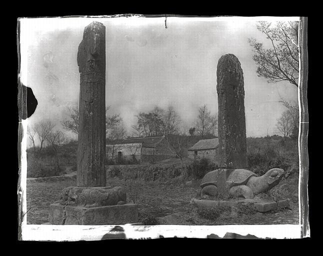 anonyme (photographe) : [Jiangsu]. Région de Nankin [Nanjing], Yao-houa men [Yaohuamen], [Ganjiaxian], allée funéraire de Siao Sieou [Xiao Xiu] (mort en 518 ap. J.-C.), stèle et colonne cannelée