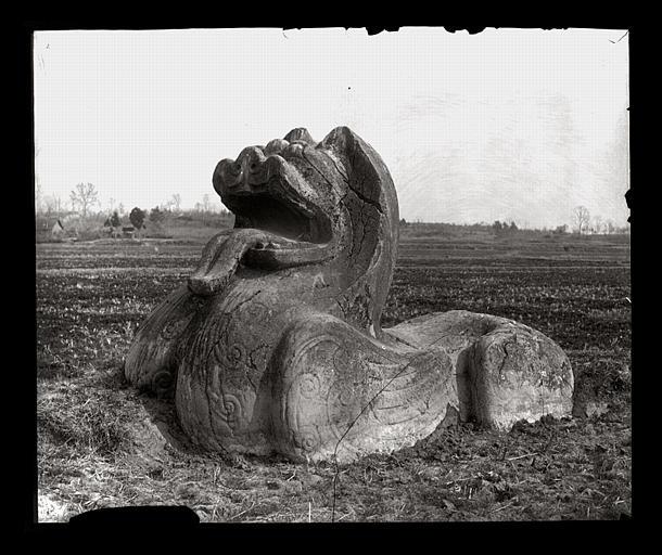 [Jiangsu]. Région de Nankin [Nanjing], Yao-houa men [Yaohuamen], [Ganjiaxian], allée funéraire de Siao King [Xiao Jing] (mort en 528 ap. J.-C.), lion ailé, vu de 3/4 avant