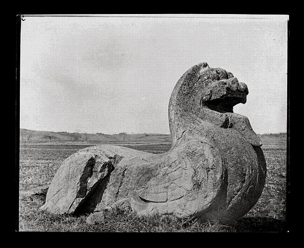 anonyme (photographe) : [Jiangsu]. Région de Nankin [Nanjing], Yao-houa men [Yaohuamen], [Ganjiaxian], allée funéraire de Siao Houei [Xiao Hui] (mort en 526 ap. J.-C.), lion ailé de gauche
