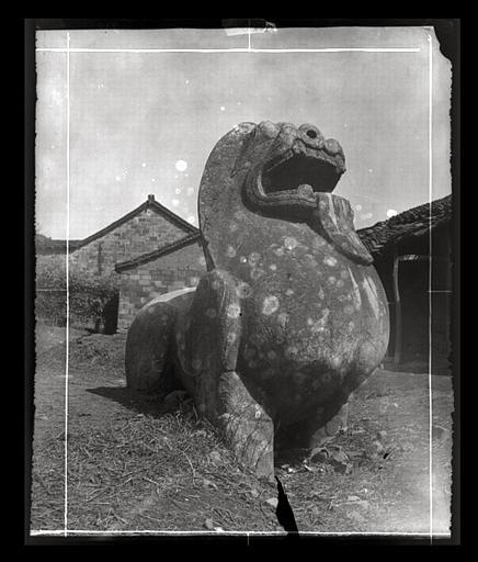 anonyme (photographe) : [Jiangsu]. Région de Nankin [Nanjing], Yao-houa men [Yaohuamen], [Ganjiaxian], allée funéraire de Siao Sieou [Xiao Xiu] (mort en 518 ap. J.-C.), lion ailé de droite, vu de 3/4 avant