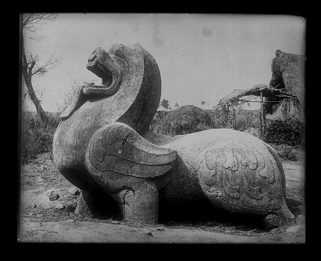 [Jiangsu]. Région de Nankin [Nanjing], Yao-houa men [Yaohuamen], [Ganjiaxian], allée funéraire de Siao Sieou [Xiao Xiu] (mort en 518 ap. J.-C.), lion ailé de droite, profil