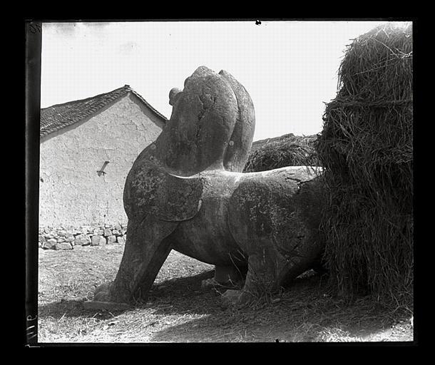 [Jiangsu]. Région de Nankin [Nanjing], Yao-houa men [Yaohuamen], [Ganjiaxian], allée funéraire de Siao Sieou [Xiao Xiu] (mort en 518 ap. J.-C.), lion ailé de gauche, vu de 3/4 arrière